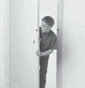Torsi Saat Mendorong Pintu